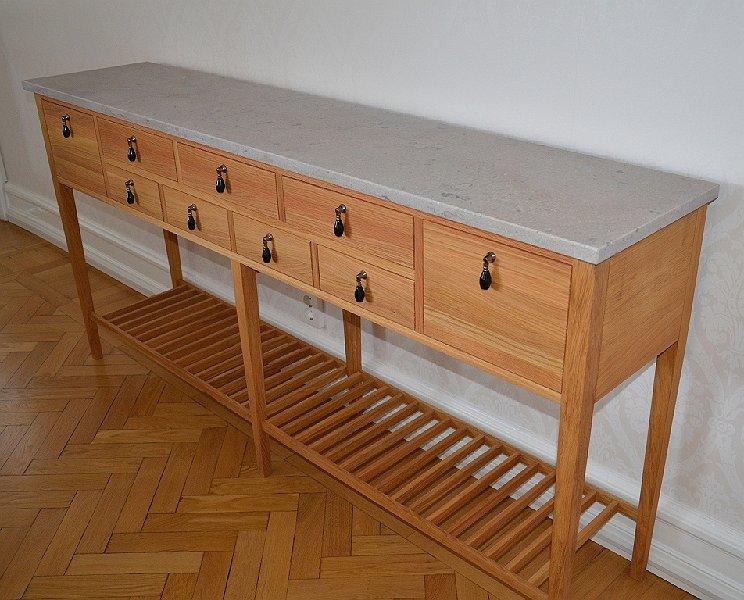 Sideboard i oljad ek och kalksten med lador och ribbat hyllpan
