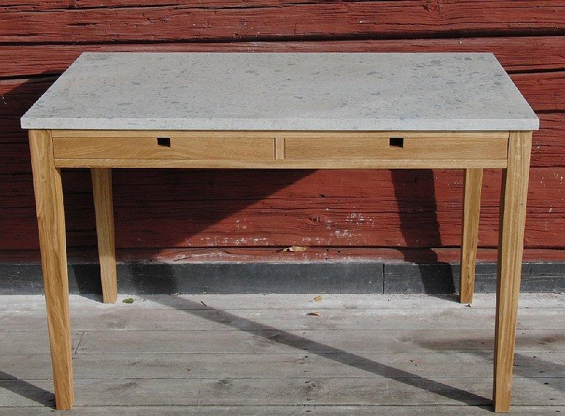 Skrivbord i oljad ek och kalksten